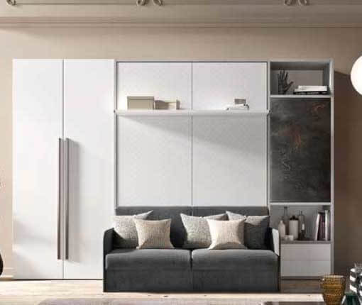 1-letto-a-scomparsa-con-divano-e-parete-con-mensole-e-armadio-antine-e-piani-appoggio- salvaspazio