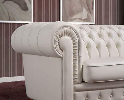 , Rimedi casalinghi per pulire un divano in pelle: sconfiggi il tempo e risparmia