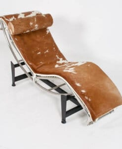 chaise longue cassina cavallino corbusier marrone e bianca